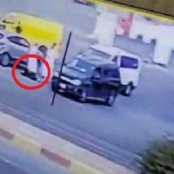 بالفيديو.. عدد كبير من السيارات تعكس السير وتتسبب في فوضى مرورية وحـادث تصادم بالرياض