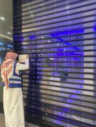 بالصور.. بلدية #الخرج تغلق بنكا ومنشآت تجارية بسبب كورونا