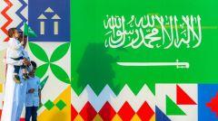 جداريات تُرسم وهدايا تُوزّع.. هكذا تحتفل الرياض باليوم الوطني الـ 90 للمملكة