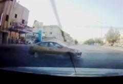 بالفيديو.. قائد مركبة يقوم بالتفحيط بأحد شوارع الرياض ويصدم إحدى المركبات ثم يلوذ بالفرار