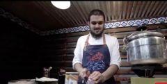 شاهد.. شاب سعودي كفيف في بريدة يُتقن فن طهي الطعام