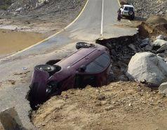 بالصور … نجاة مواطن سقطت سيارته داخل شق أرضي بالليث