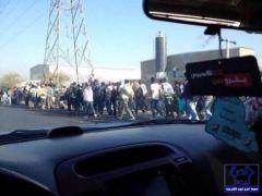عاجل : 200 أثيوبي في مسيرة من الخرج للرياض لتسليم أنفسهم للسلطات