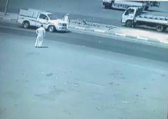 بالفيديو..  دهس مسن خلال محاولته عبور طريق دولي في القنفذة