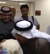 بالصورة.. وزير الصحة يقبل رأس مراجع مسنّ في أحد المستشفيات