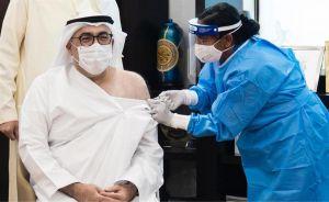 """بالفيديو.. وزير الصحة الإماراتي يتلقى الجرعة الأولى من لقاح """"كورونا"""""""