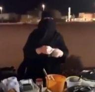 بالفيديو.. بائعة تمنح الطعام بالمجان لغير القادرين.. ومواطن يكافئها بـ 5 آلاف ريال