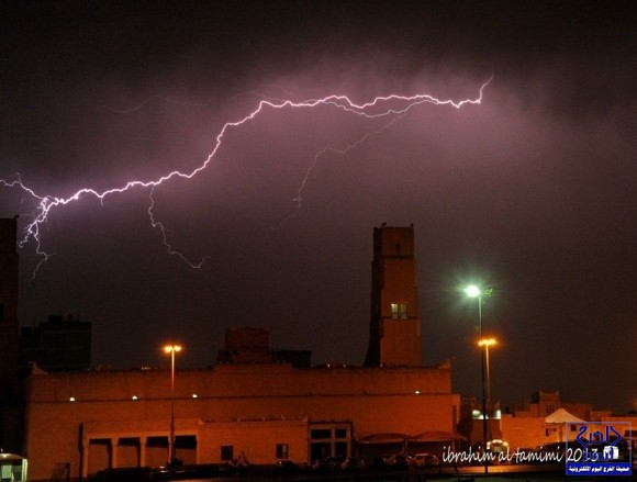 البروق على جامع الملك عبدالعزيز