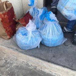 """شاهد.. طابور من المركبات بأحد شوارع الرياض للحصول على """"آيس كريم"""" من عربة متنقلة"""