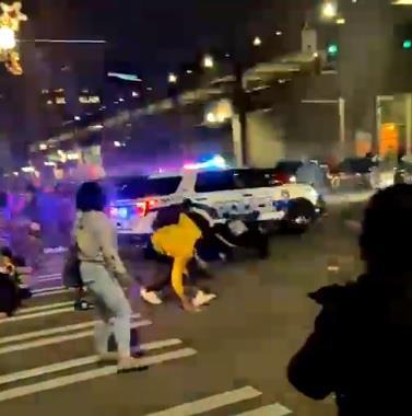 شاهد.. سيارة شرطة أمريكية تدهس عددًا من الأشخاص عمدًا في واشنطن
