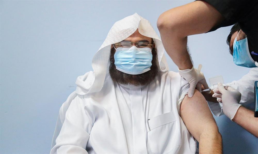 """بالفيديو.. """"السديس"""" يتلقى الجرعة الأولى من لقاح """"كورونا"""".. ويؤكد: لا مجال للشائعات حول اللقاح"""