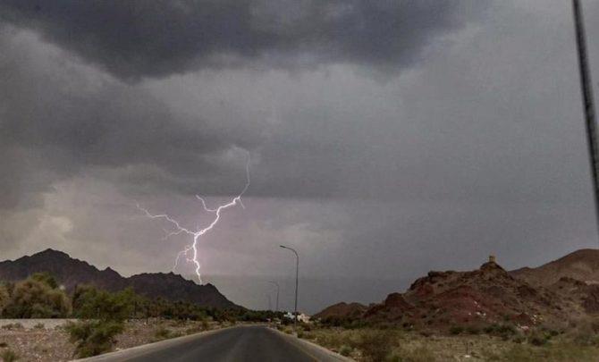 """""""الأرصاد"""" ينبه من هطول أمطار رعدية على بعض المناطق ورياح نشطة وأتربة مثارة في أخرى"""