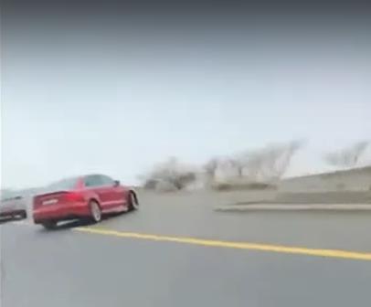 """بالفيديو.. لحظة سقوط مركبة من طريق """"الهدا"""" بالطائف بعد فقدان قائدها السيطرة عليها"""