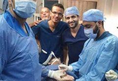 شاهد.. استخراج هاتف محمول وعملات معدنية وولاعة من بطن مريض في مصر