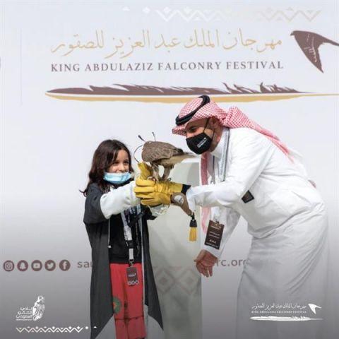 """بالفيديو والصور.. تخصيص شوط للصقارين الصغار بـ""""مهرجان الصقور"""".. وإهداء صقر لطفلة"""