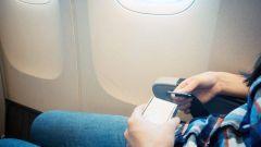 خبراء طيران يوضحون ماذا يحدث عند تحطم نوافذ الطائرة جواً.. ويوجهون عدداً من النصائح