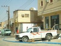 البلدية تعالج مشكلة المياه الراكدة في أرض حي الفيصلية بمشكلة أخرى