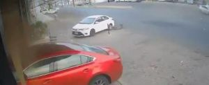 بالفيديو.. سيارة مسرعة تقتحم واجهة محل بجدة بعد اصطدامها بأخرى