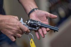 خبير أسـلحة يوضح سبب استخدام الأسـلحة الحقيقية في السينما ويفسر مقـتل مصورة وإصابة مُخرج