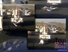بالفيديو : سقوط عشريني درباوي أثناء استعراض بمسيرة درباوية وتخلي قائد المركبة عنه