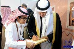 """الأمير سلطان بن سلمان يزور معرض """"الزيادي"""" ويثني على تصويره"""