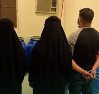 برفقة امرأتين.. الإطاحة بوافد يدير مصنعاً للخمور داخل شقة سكنية في الرياض (فيديو)