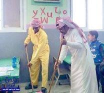 معلم يرتدي زيا عماليا ويشارك في نظافة مدرسته