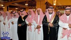 أمير الرياض يؤدي صلاة الميت على والد رئيس هيئة التحقيق والإدعاء العام