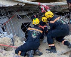 شاهد.. إنقاذ مواطن من تحت الأنقاض في انهيار مبنى موقف السيارات بالخبر