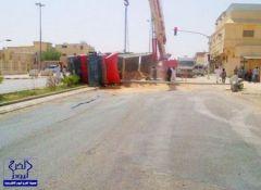 بالخرج : حادث لشاحنة تقتلع إشارة وسط مطالبات من أهالي الحي بانقاذهم من المآسي