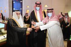 بالصور.. أمير الرياض يكرم الفائزين في مسابقة تطوير موقع جبل أبو مخروق