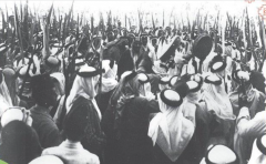 صورة تاريخية للملك عبدالعزيز وهو يؤدي العرضة مع مواطنين بمكة