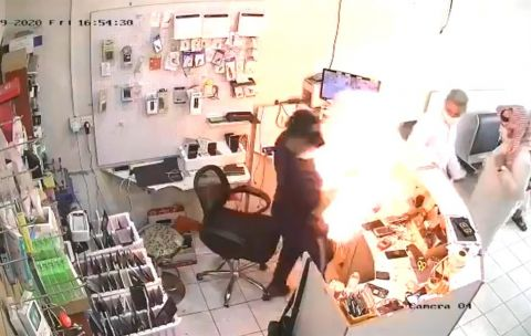 بالفيديو.. لحظة انفجار جوال بوجه صاحب أحد المحلات في تبوك
