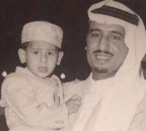 صورة نادرة لخادم الحرمين الشريفين وهو يحمل طفلًا أصبح وزيرًا الآن