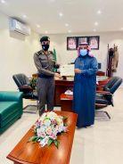 بعد القبض علي مطلوبين امنياً.. المقدم/محمد بن زنيفر يقدم شهادة شكر وتقدير لعدد من الافراد